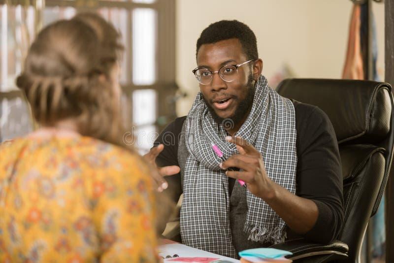 H?bscher Afroamerikaner-Mann mit Kollegen oder Kunden lizenzfreies stockfoto