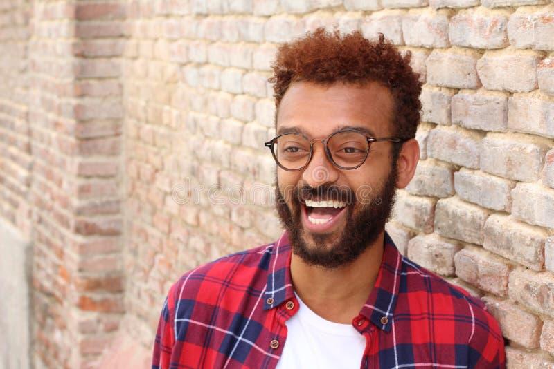 Hübscher Afroamerikanermann, der draußen lächelt lizenzfreies stockbild