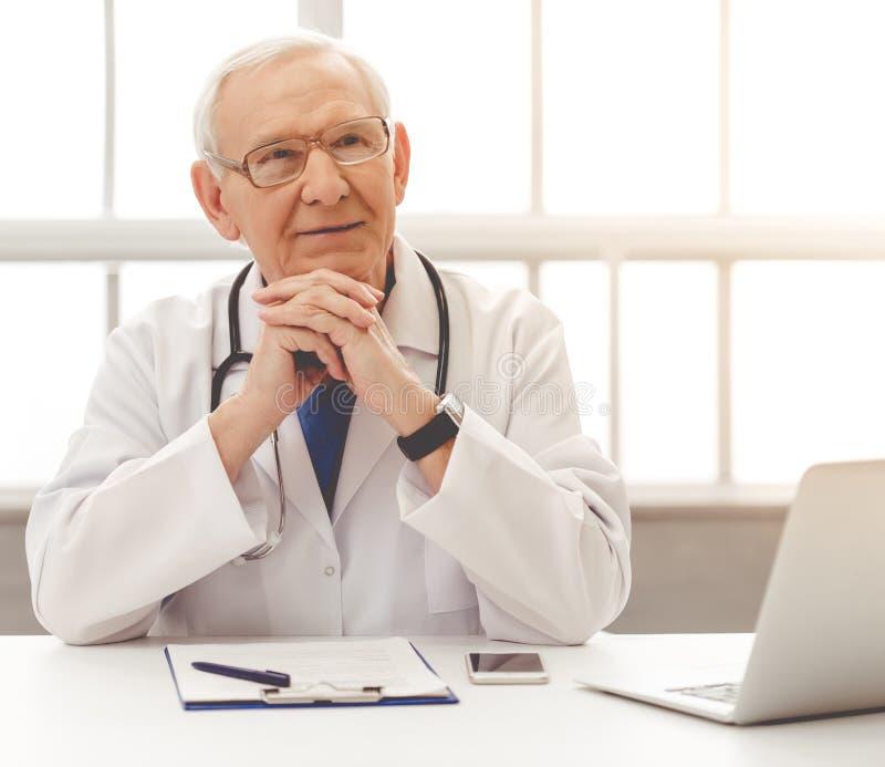 Hübscher alter Doktor stockbilder