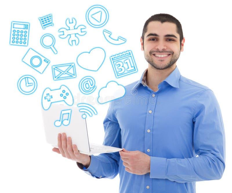 Hübscher arabischer Mann, der Laptop mit unterschiedlichem Anwendungen ove verwendet stockfoto