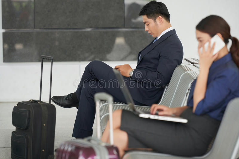 Hübscher asiatischer Geschäftsmann Waiting im Flughafen stockbilder
