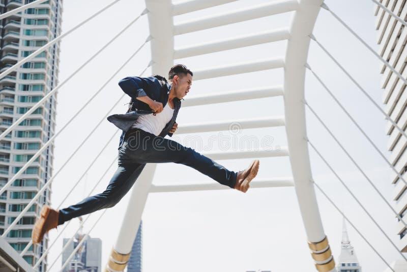 Hübscher asiatischer Kerl läuft schnell und springt in hohem Grade Attractiv stockfotos