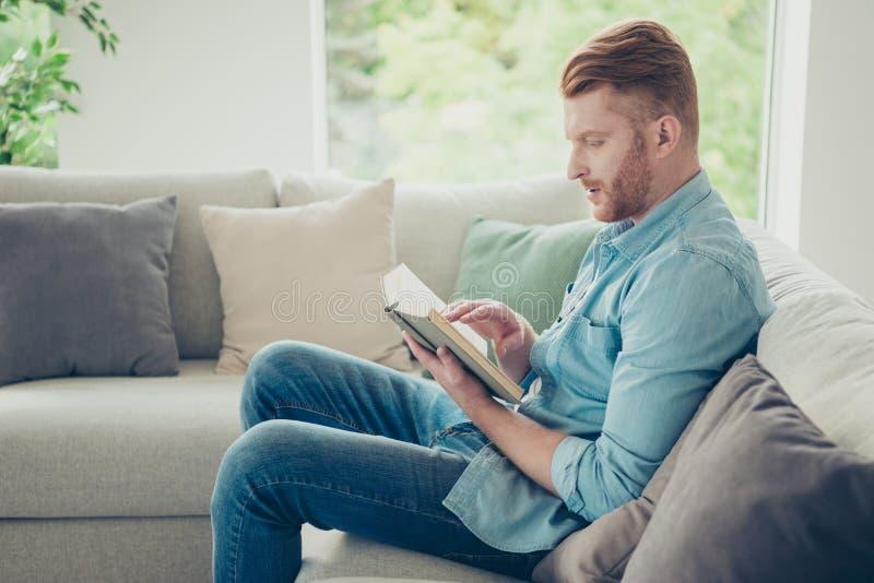 Hübscher attraktiver schöner stilvoller modischer Mann las Geschichte lizenzfreie stockfotos