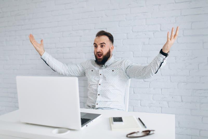 Hübscher bärtiger Geschäftsmann unglücklich mit der Ergebnisarbeit lizenzfreies stockfoto