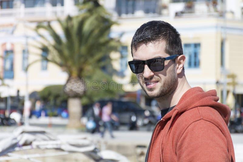 Hübscher bärtiger Mann mit der schwarzen Sonnenbrille im Freien lizenzfreie stockfotos