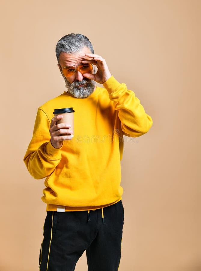 Hübscher bärtiger Mann mit Papierschale Morgenkaffee stockbilder