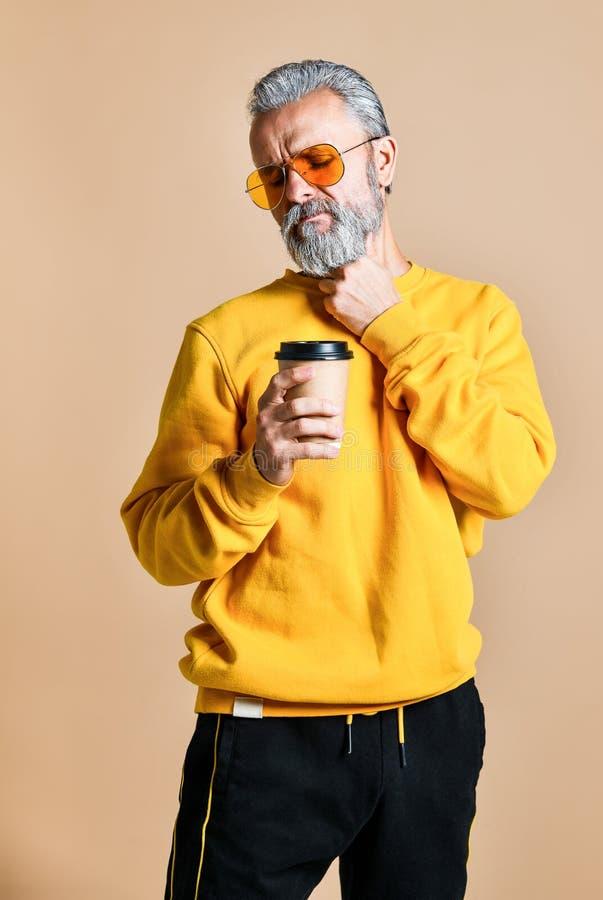 Hübscher bärtiger Mann mit Papierschale Morgenkaffee stockfotos