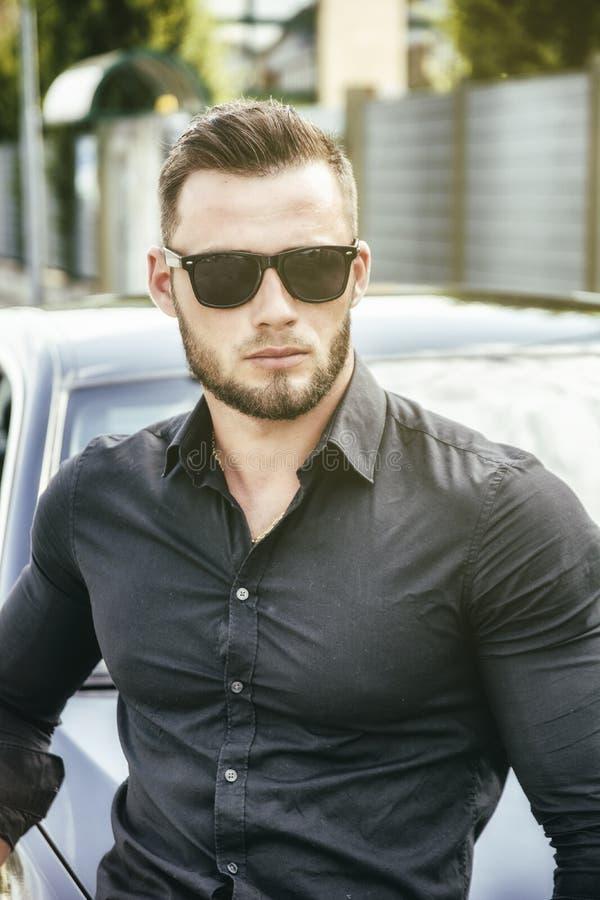 Hübscher Bärtiger Mann Nahe Bei Auto In Der Sonnenbrille