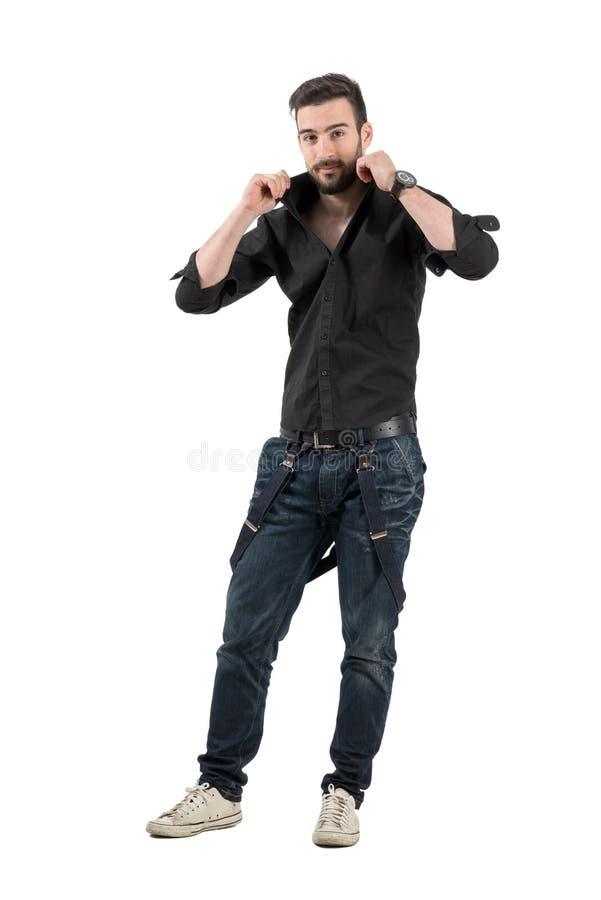 Hübscher bärtiger Stellring des jungen Mannes auf seinem Hemd stockbild