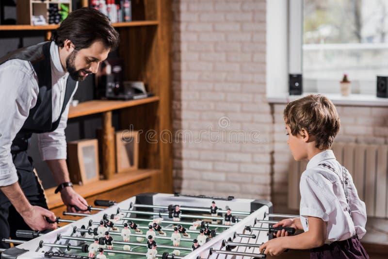 hübscher bärtiger Vater und wenig Sohnspielen stockbild