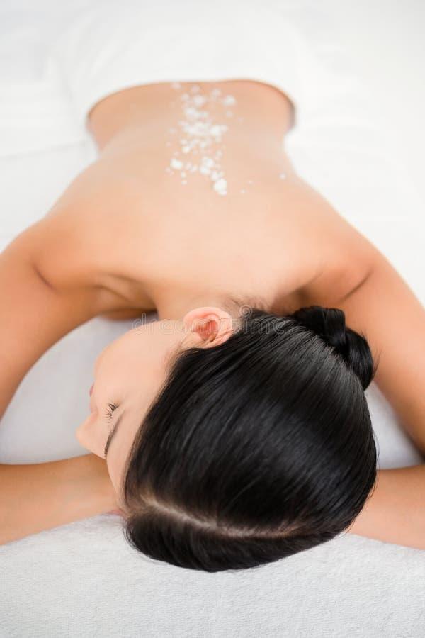 Hübscher Brunette, der eine Massage an der Kamera genießt lizenzfreie stockfotos