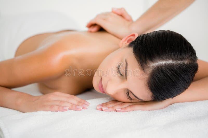 Hübscher Brunette, der eine Massage genießt stockfotos
