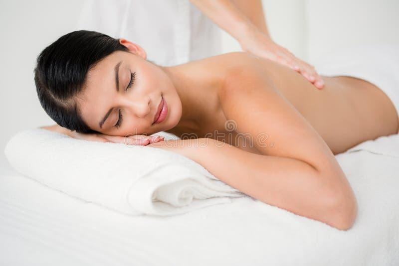 Hübscher Brunette, der eine Massage genießt lizenzfreies stockbild