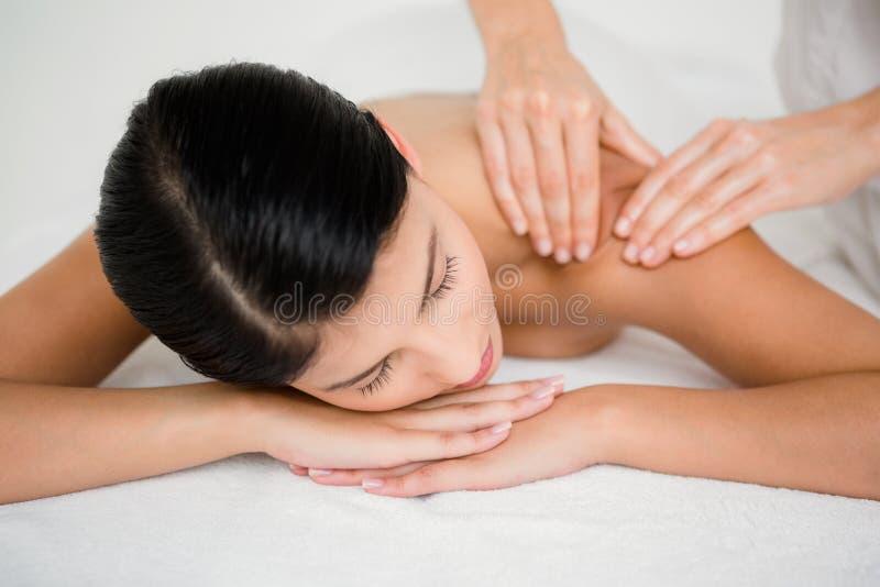 Hübscher Brunette, der eine Massage genießt stockfoto