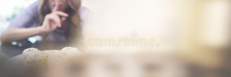 Hübscher Brunette, der im Geheimnis binging ist stockfoto