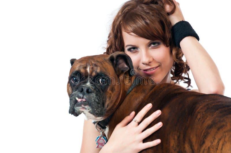 Hübscher Brunette mit pet ihm Boxer lizenzfreie stockfotografie