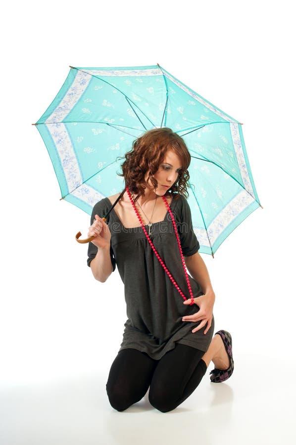 Hübscher Brunette mit Sonnenschirm stockfotografie
