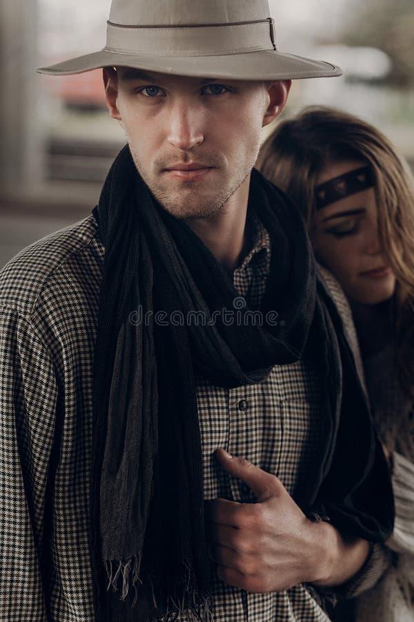 Hübscher Cowboymann mit einem weißen Hut und einem schwarzen Schal in Griffel stockfotografie