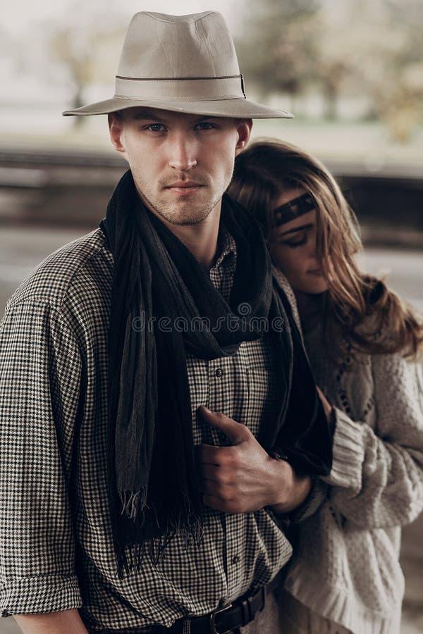 Hübscher Cowboymann mit einem weißen Hut und einem schwarzen Schal in Griffel lizenzfreies stockfoto