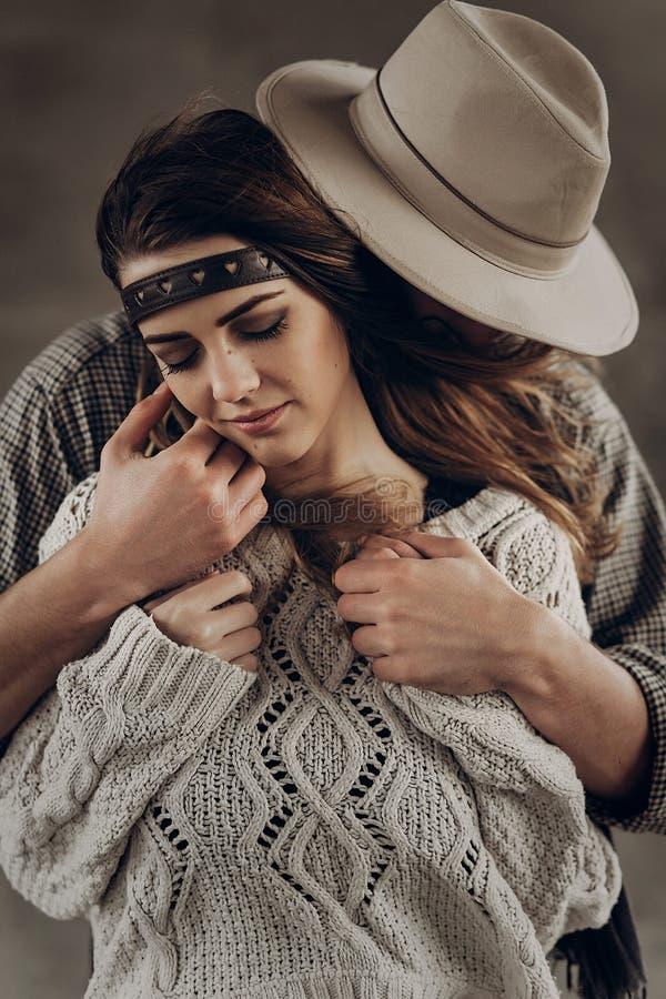 Hübscher Cowboymann in rührender Backe des weißen Hutes des schönen boh lizenzfreie stockfotos