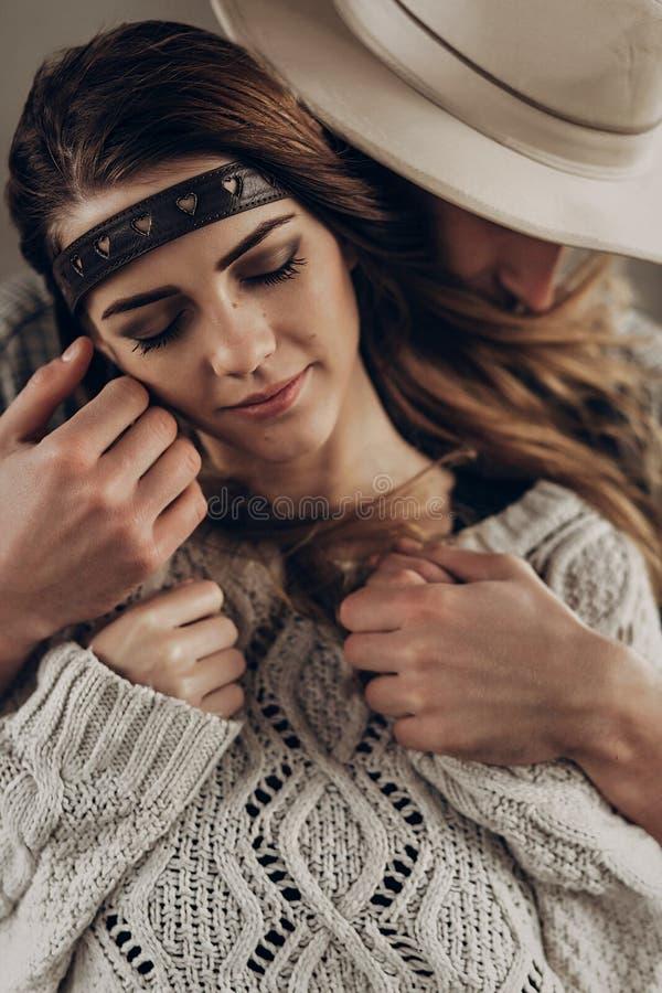 Hübscher Cowboymann in rührender Backe des weißen Hutes des schönen boh lizenzfreie stockfotografie