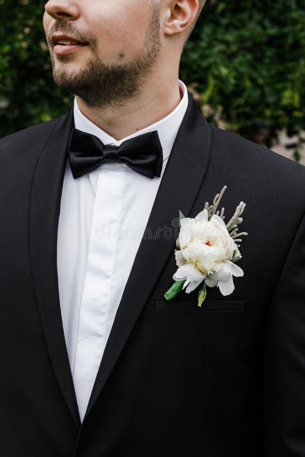 Hübscher eleganter bärtiger Bräutigam Stilvolle Hochzeit pflegt Foto stockfotografie
