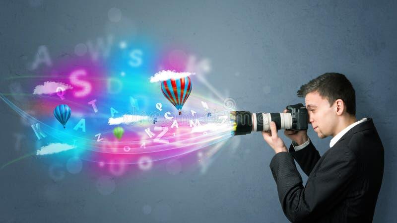 Hübscher Fotograf mit Kamera und abstraktem eingebildetem stockbilder