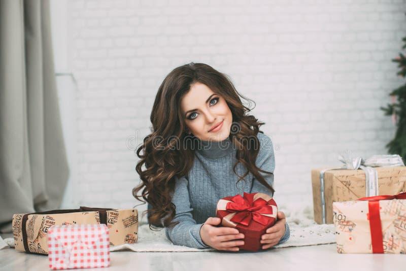 Hübscher Frau Brunette und Kasten vieler Geschenke stockbilder