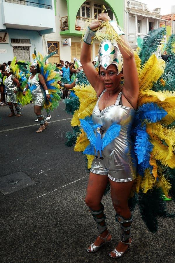 hübscher Frauentänzer während des Karnevalsshowereignisses in einem Kleid mit Federn lizenzfreies stockbild
