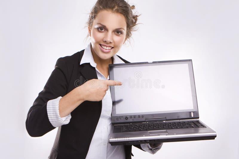 Hübscher Geschäftsfrauholdinglaptop lizenzfreie stockbilder
