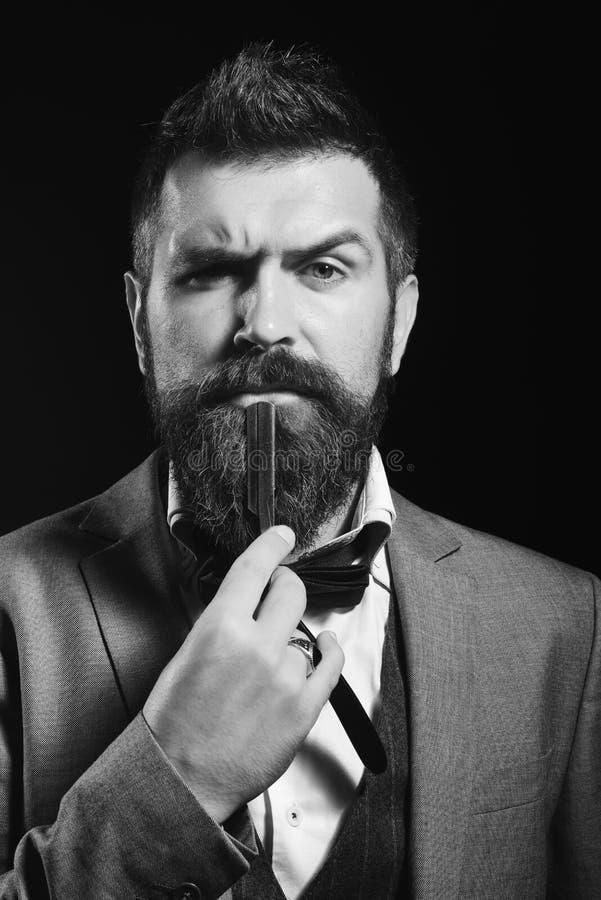 Hübscher Geschäftsmann, der einen Anzug und eine Bindung trägt lizenzfreie stockbilder