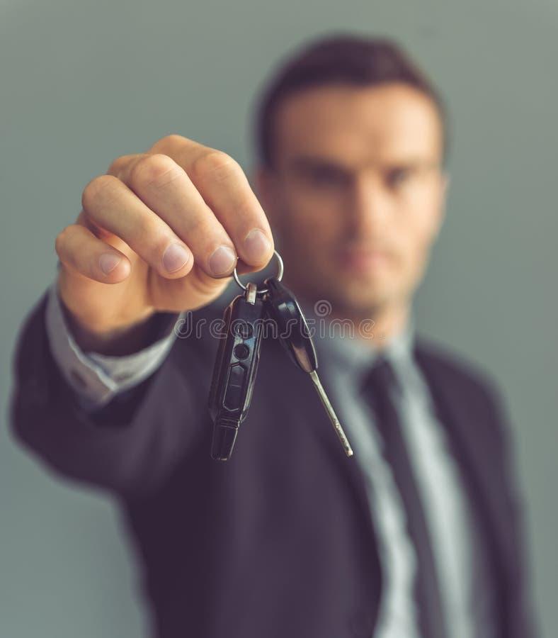 Hübscher Geschäftsmann mit Schlüsseln stockbilder