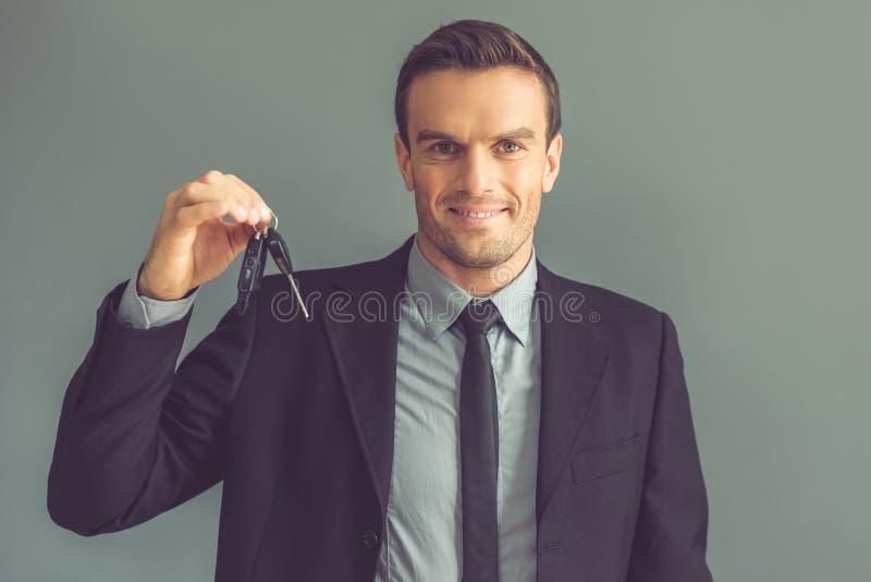 Hübscher Geschäftsmann mit Schlüsseln lizenzfreie stockfotos