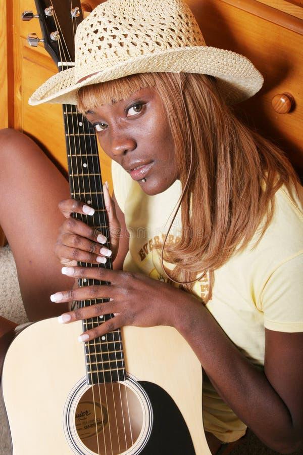 Hübscher Gitarrenspieler lizenzfreies stockfoto