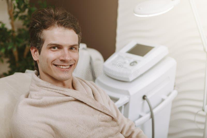 Hübscher glücklicher Mann in der Badekurortmitte stockbilder