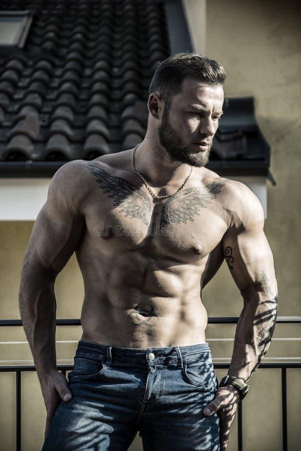 Hübscher hemdloser muskulöser junger Mann im Freien stockbilder