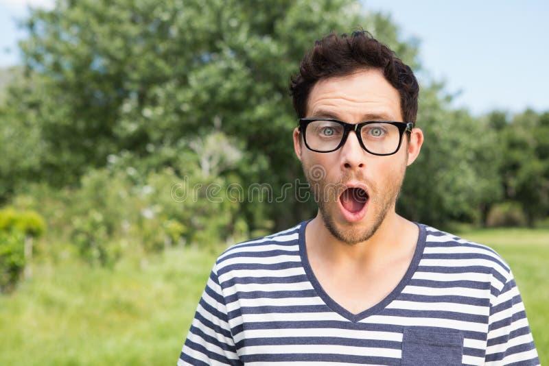 Hübscher Hippie, der überrascht schaut lizenzfreie stockfotografie