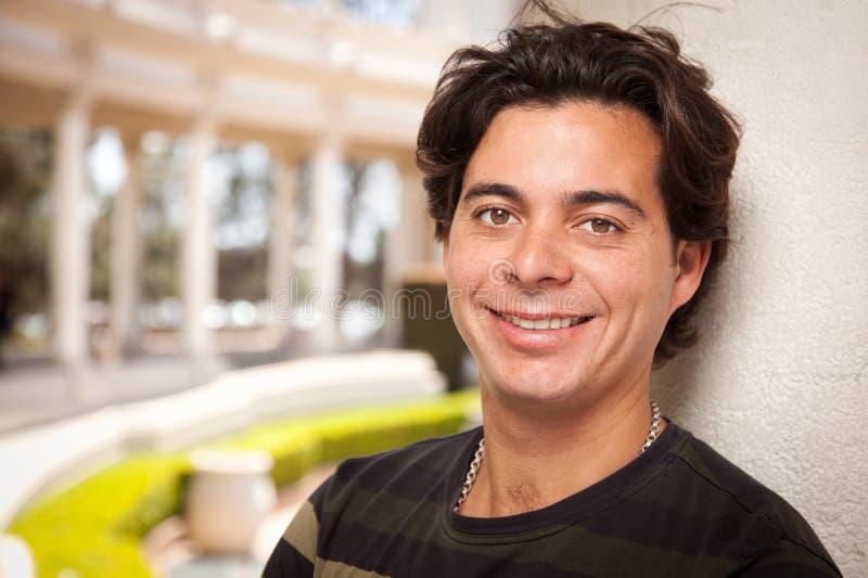 Hübscher hispanischer junger erwachsener Mann lizenzfreie stockfotografie