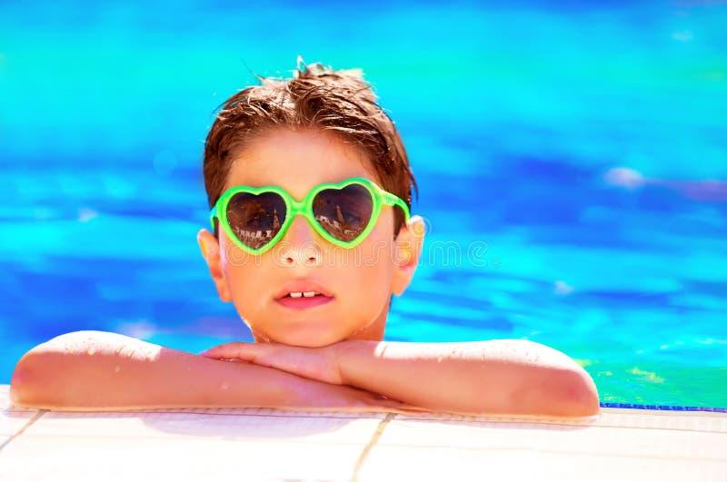 Hübscher Junge im Pool stockfotografie