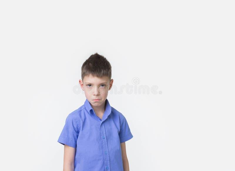 Hübscher Junge mit acht Jährigen, der im Studio über weißem Hintergrund aufwirft lizenzfreie stockfotos