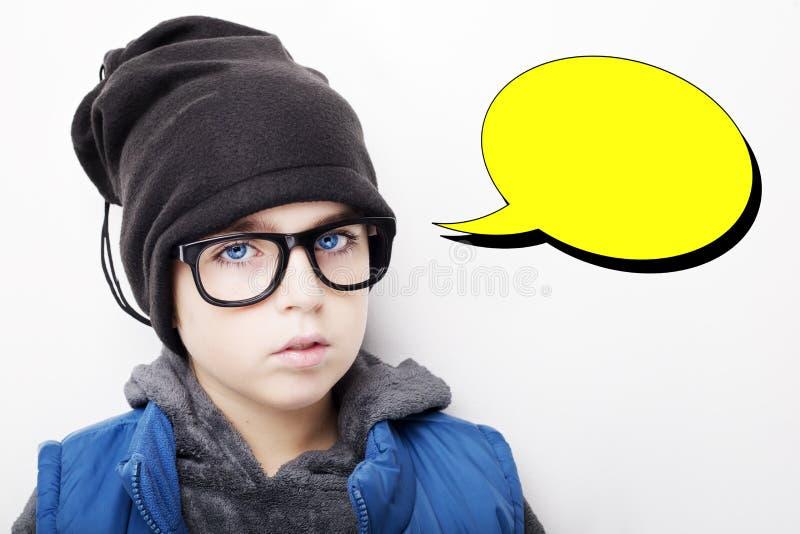 Hübscher Junge trägt schwarze Kappe und Brillen mit einem leeren Gedanken sprudeln lizenzfreie stockbilder
