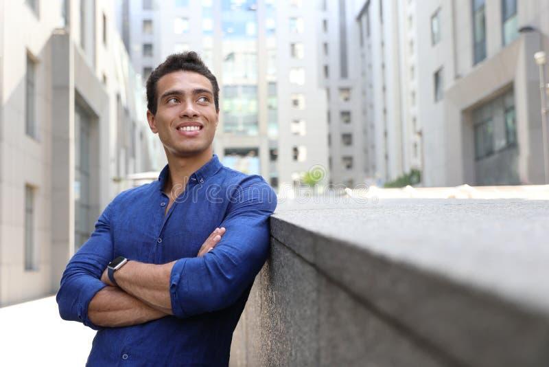 Hübscher junger afro-amerikanischer Mann auf Stadtstraße lizenzfreies stockbild