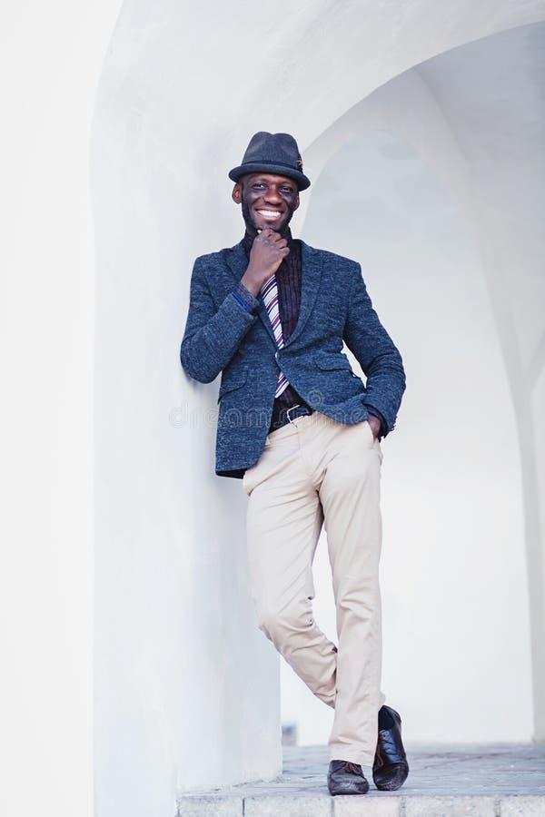 Hübscher junger Afroamerikaner-Mann stockbild