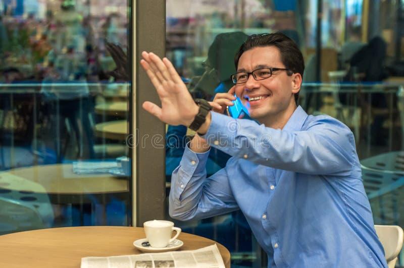Hübscher junger erfolgreicher Mann, der eine willkommene Geste tut Einladender Geschäftsmann Hallo i-` m hier stockbild