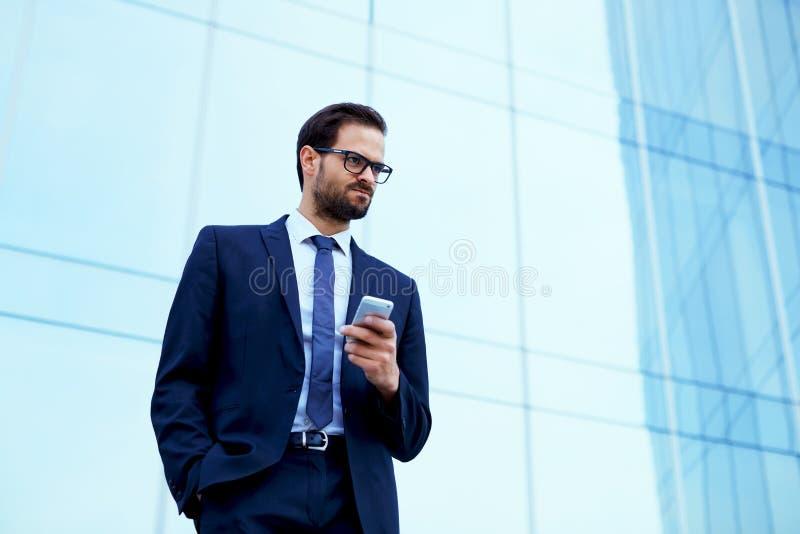 Hübscher junger Geschäftsmann in der stilvollen Klage erhielt die schlechten Nachrichten in einer Aussage lizenzfreies stockbild