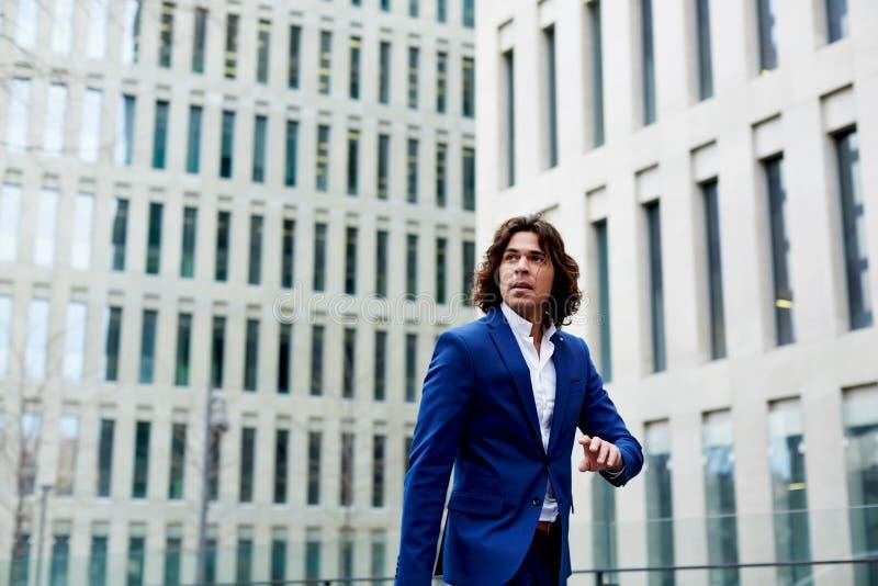 Hübscher junger Geschäftsmann ist für eine Sitzung spät stockbilder