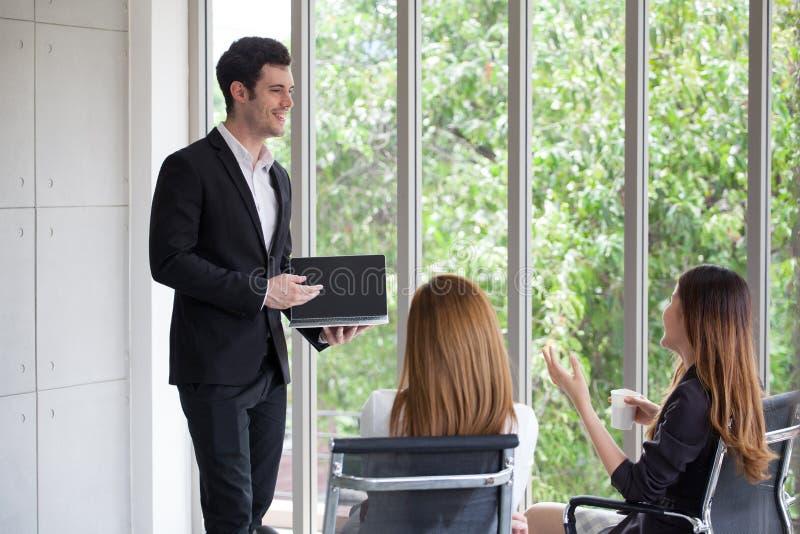 hübscher junger Geschäftsmann oder Chef, Manager, Sprechergeben presen stockfotos