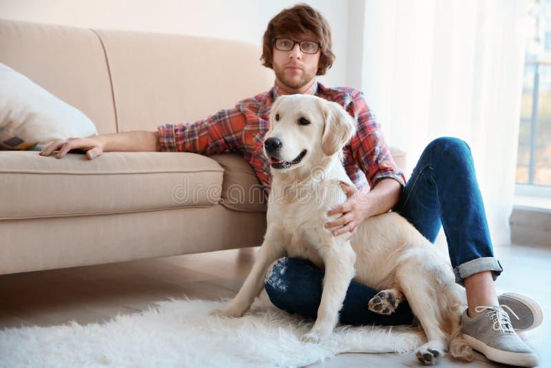 Hübscher junger Hippie mit Hund stockfoto