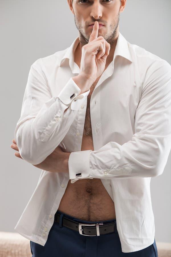 Hübscher junger Macho drückt seine Sexualität aus lizenzfreie stockfotografie