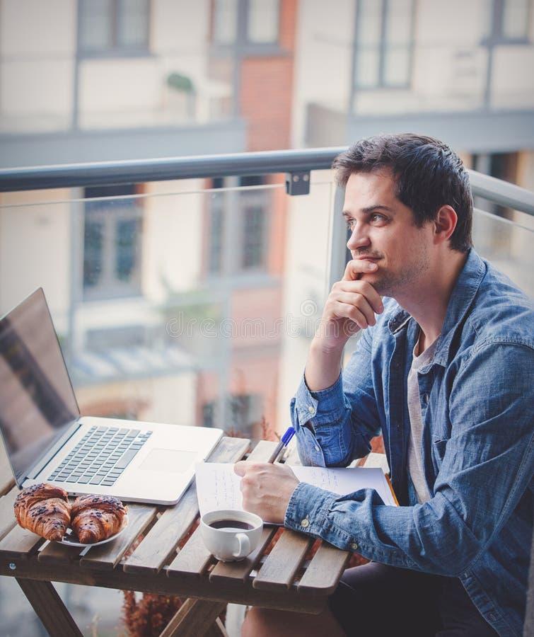 Hübscher junger Manager, der an Laptop arbeitet lizenzfreie stockfotografie
